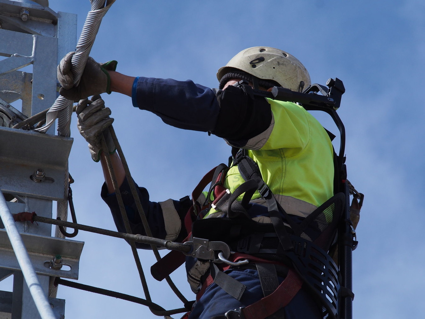 A Telice worker uses an exoskeleton during his activity.