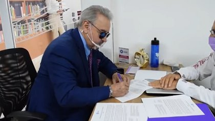 Carlos Villagrán appeared to present his registration with a blue suit and a peculiar mask, held by the chin (Photo: Screenshot)