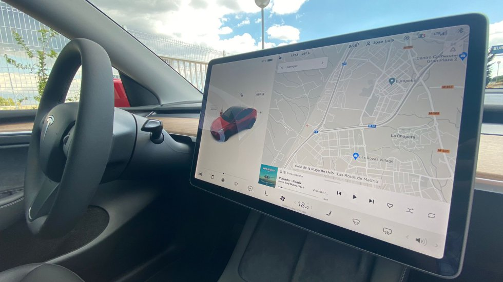 As in all Tesla models, control over the car's systems is carried out thanks to the 15 '' touch screen that presides over the entire front of the console.  In this case it is very similar to the Model 3.