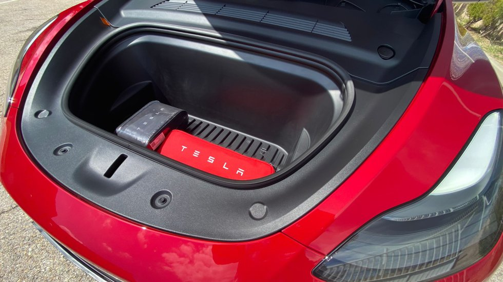 As is usual in all Tesla vehicles, we will have a very useful compartment under the hood where we will have enough space to carry medium-sized suitcases.
