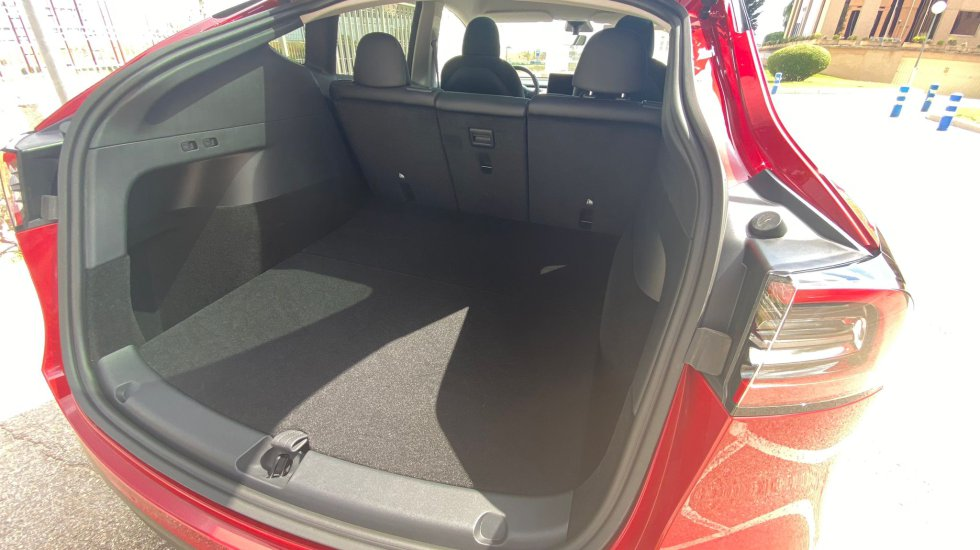 The trunk of the Tesla Model Y reaches 1,868 liters with the second row seats installed.  If we bring them down, that number increases to 1,926.