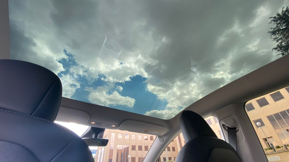 One of the most outstanding elements that fascinates those who enjoy the journey is the panoramic roof of this Model Y, which allows us to see everything around us and significantly reduces the sunlight that reaches the interior.