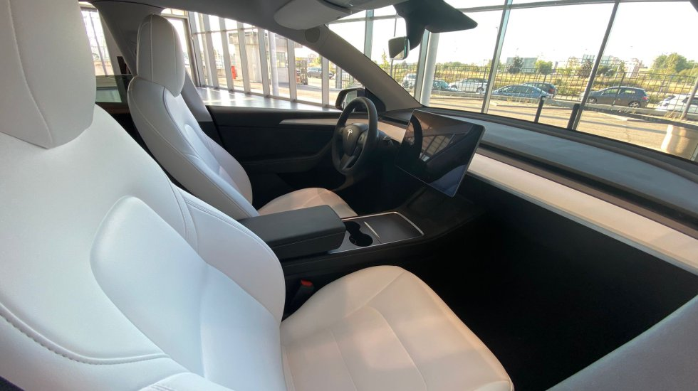 The interior of the Model Y offers two alternatives for finishing in leather: black and white.  In either case, the appearance and comfort of the seats is really good.